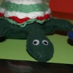 Schildkröte, genäht aus Filz und gewebtem Schneckenhaus