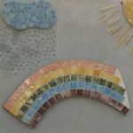 Mosaik aus selbst geformten und glasierten Kacheln, eigenhändig zusammengestellt