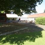 Blick auf den kleinen Schulhof und die Cafeteria. Hier kann man auch draußen essen.