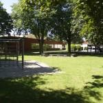 Der Schulhof aus östlicher Sicht