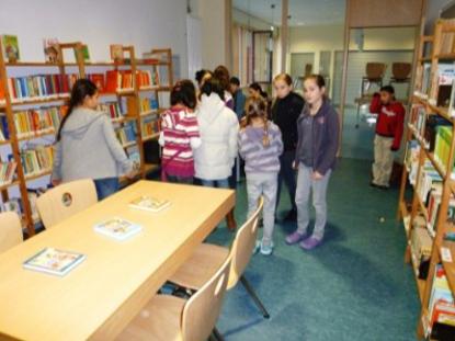 Schüler der WLS bei der Ausleihe.